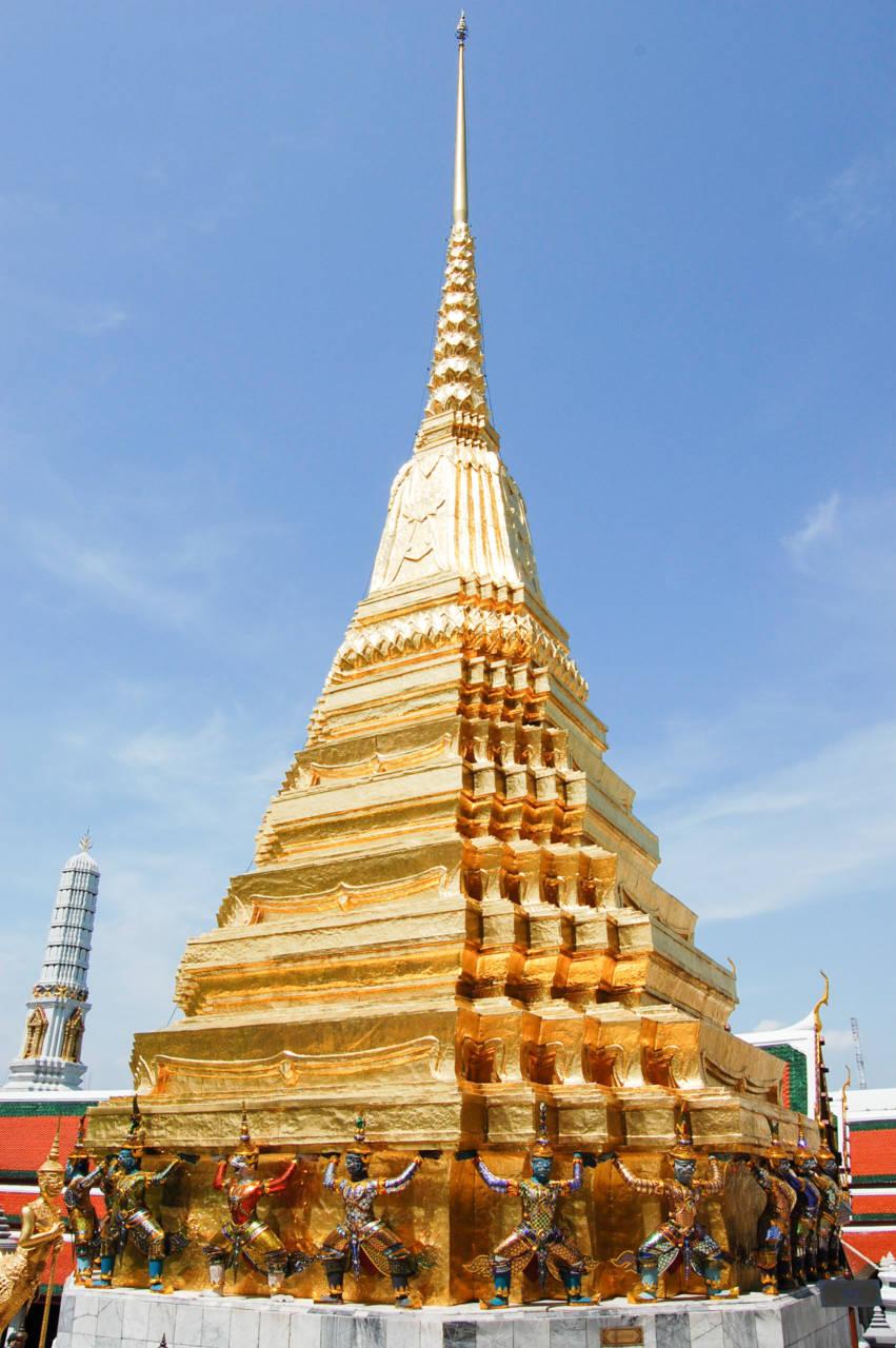 ヤックとモックが支える黄金の仏塔 プラ・スワンナ・チェディ