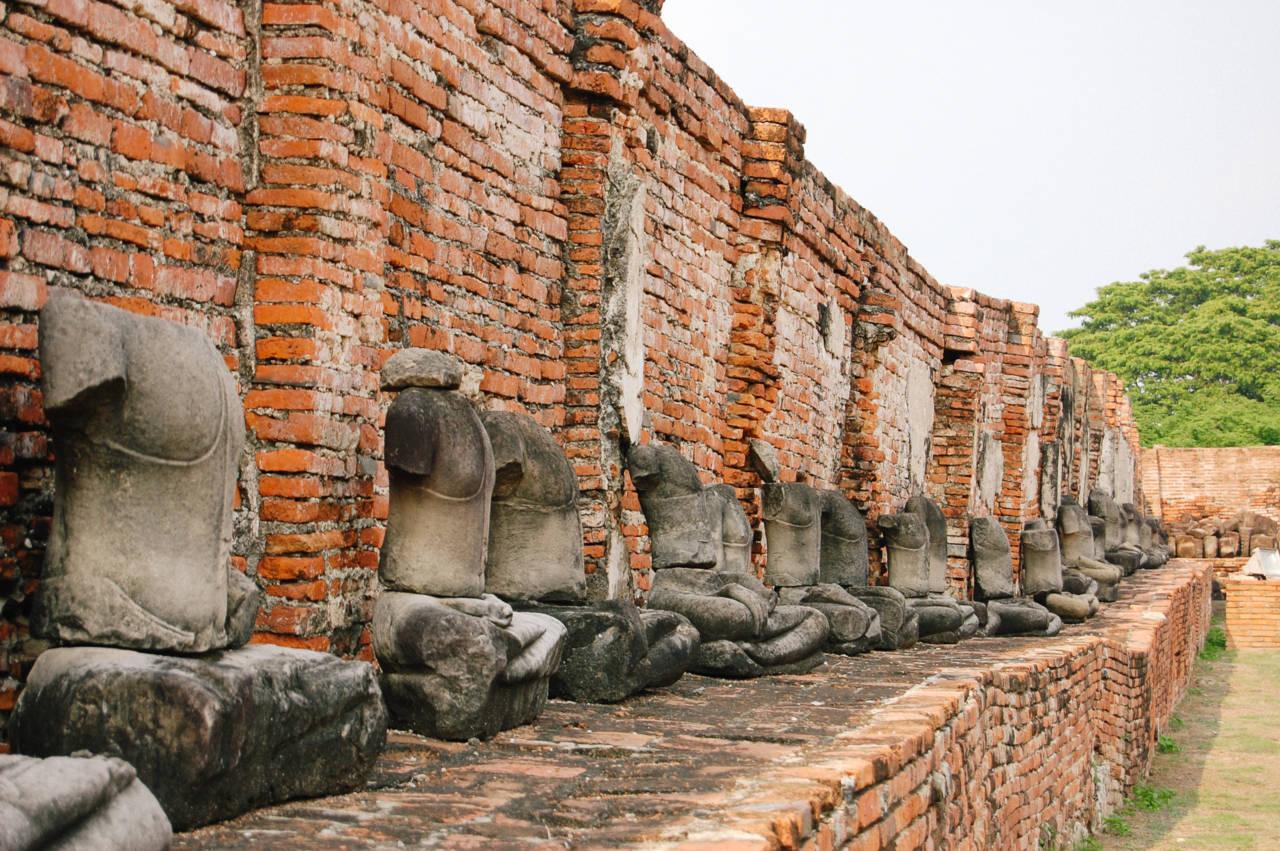 首や手足のない仏像が並ぶ