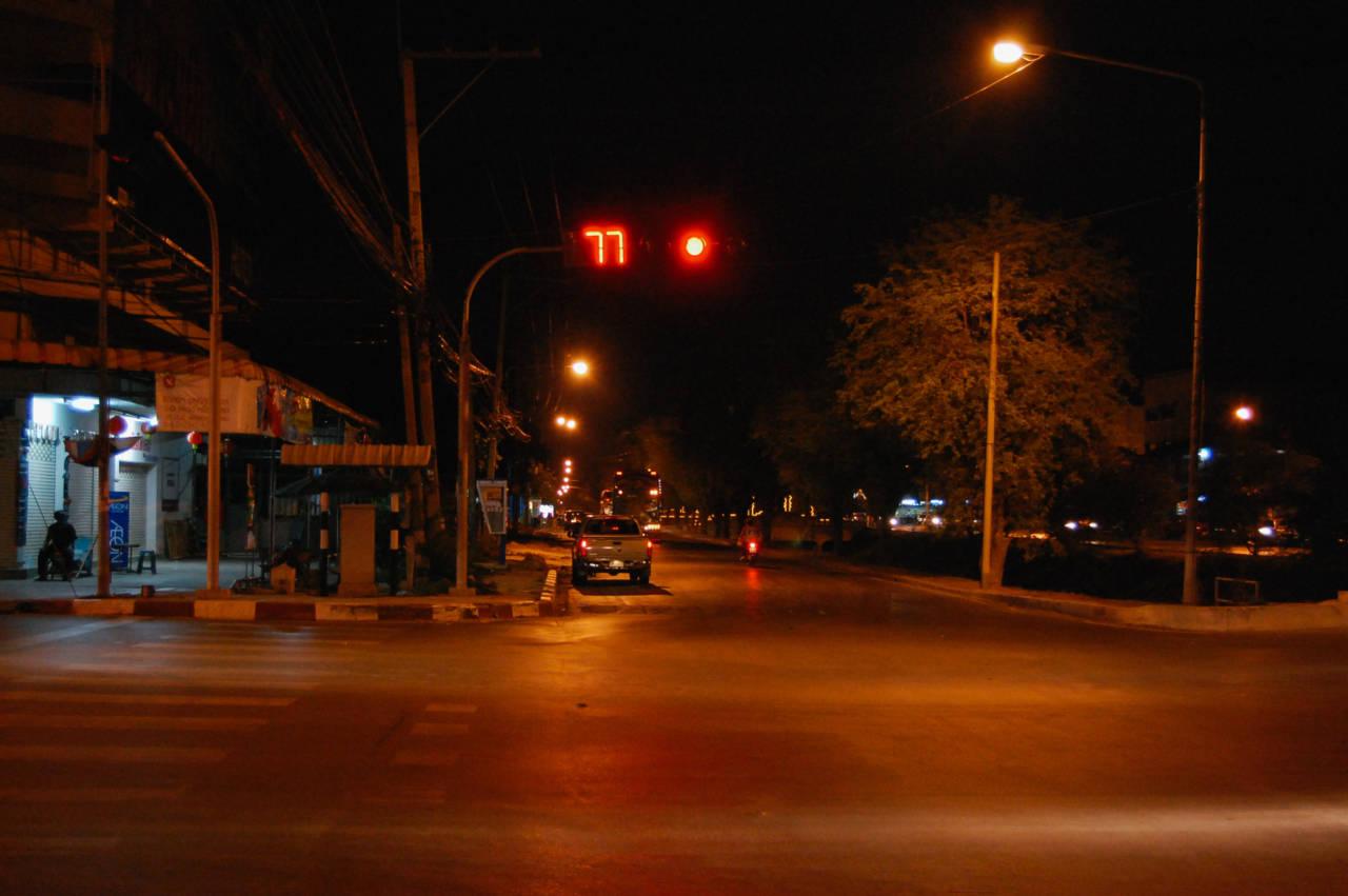 夜のアユタヤの通り