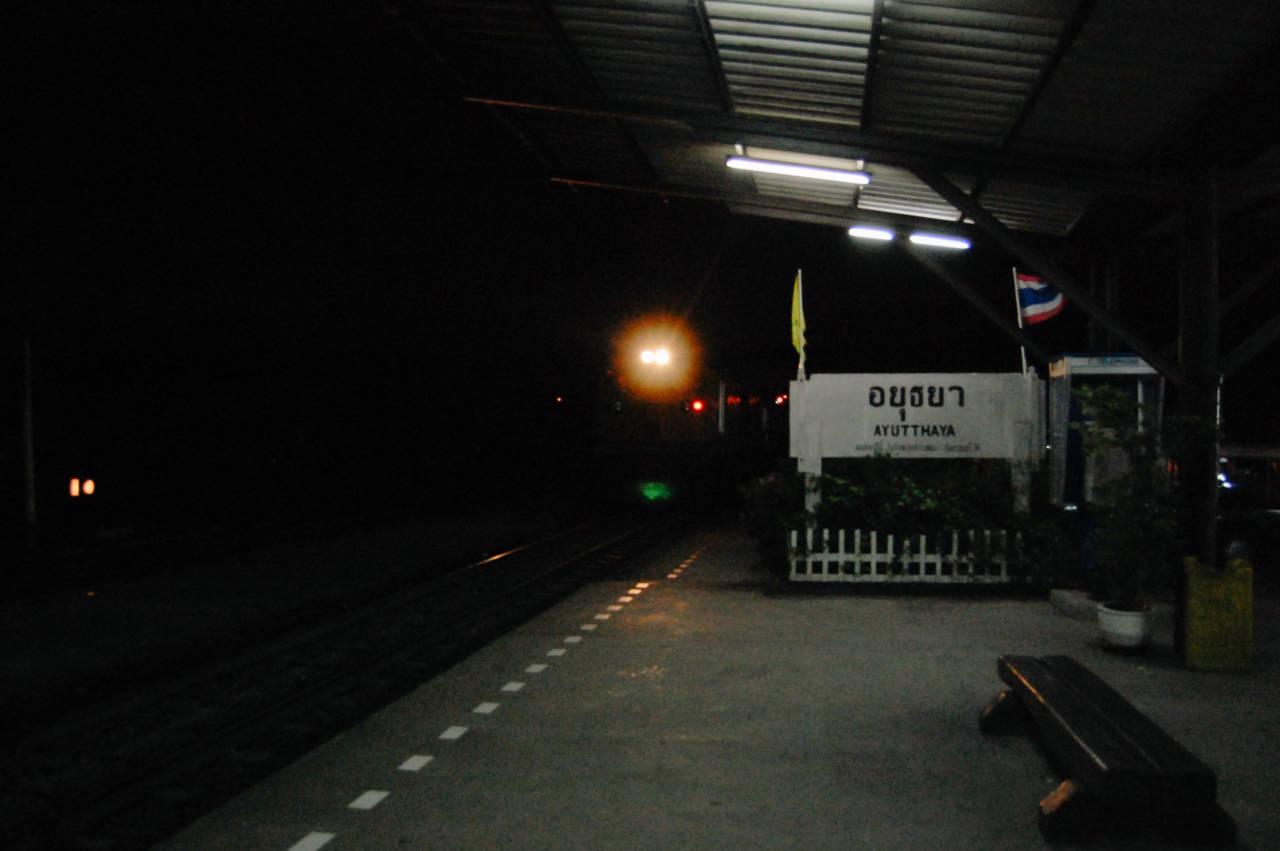 深夜のアユタヤ駅