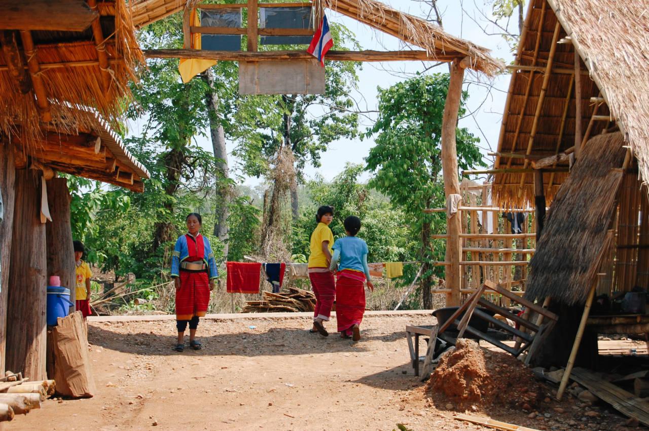 パロン族の村の入り口