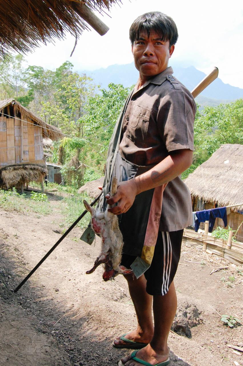 ウサギを仕留めた首長族の男性