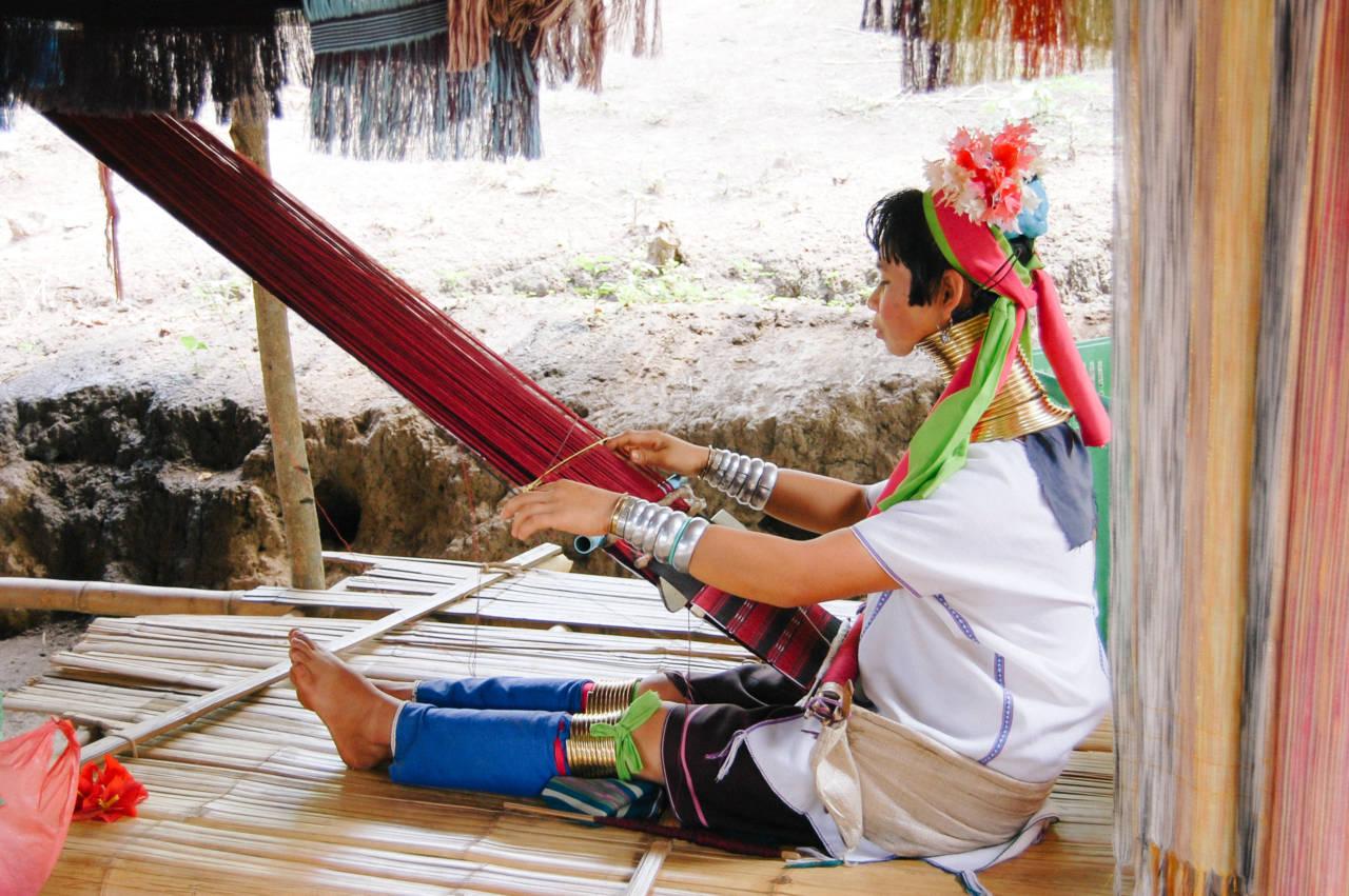 機織りする首長族の女性
