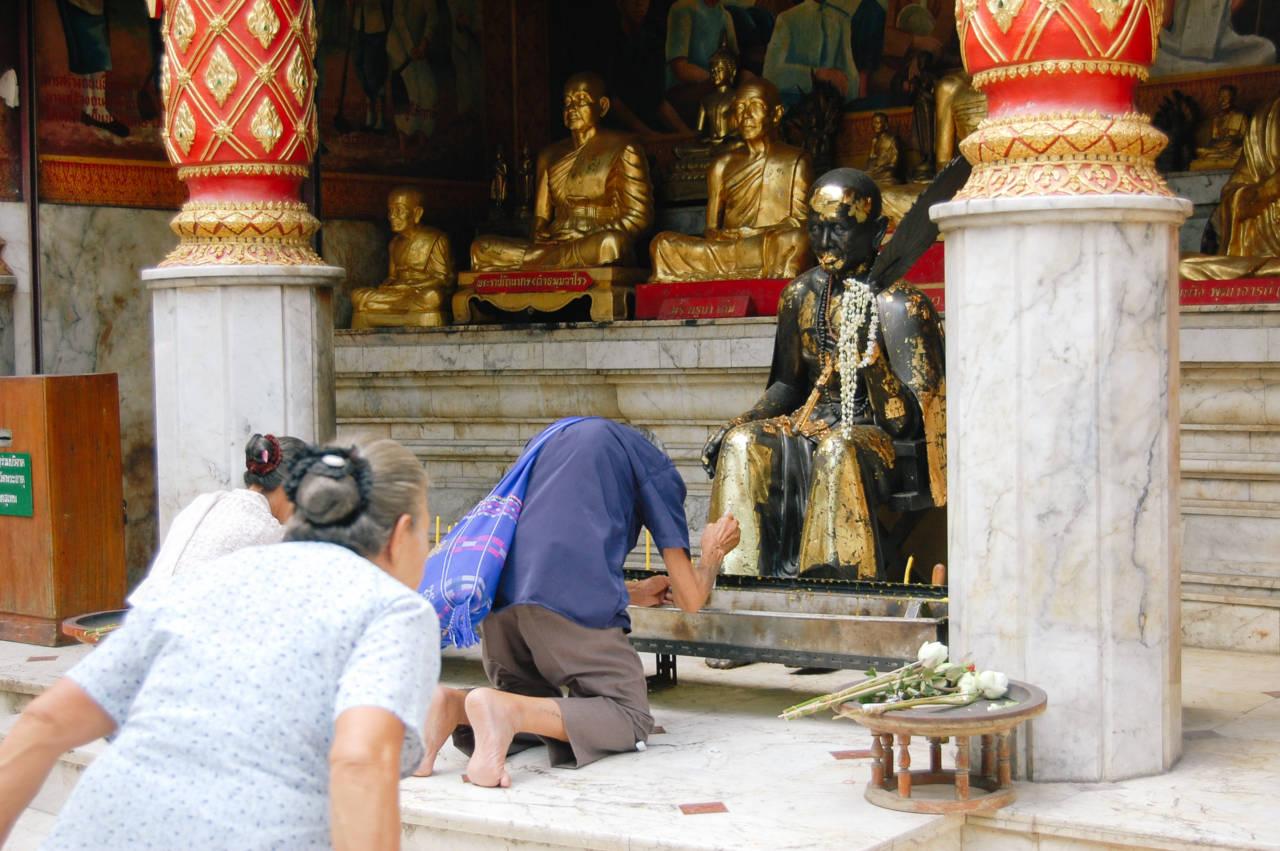 ドイステープ寺院 祈る老人