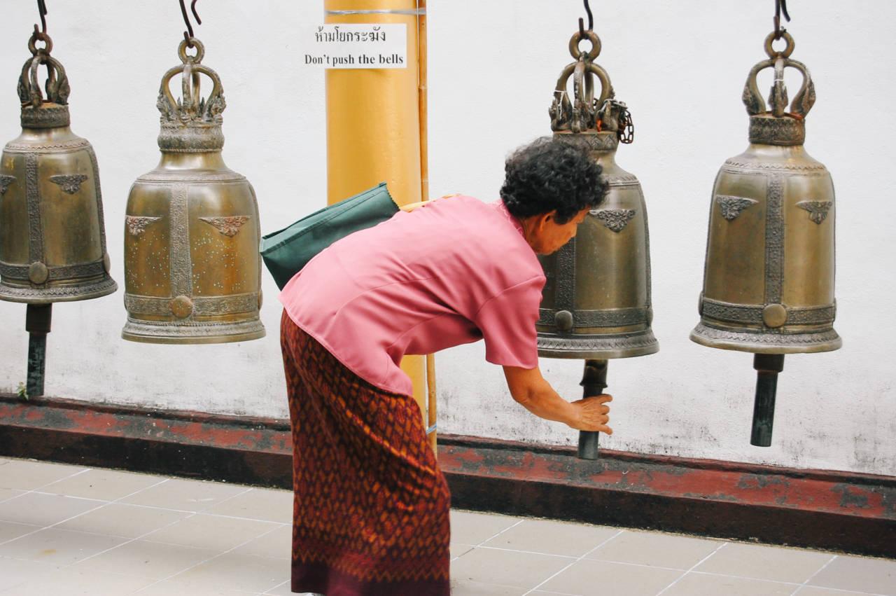 ドイステープの鐘を鳴らす女性