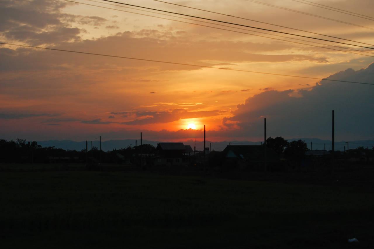 タイの寝台列車に車窓 沈む夕陽