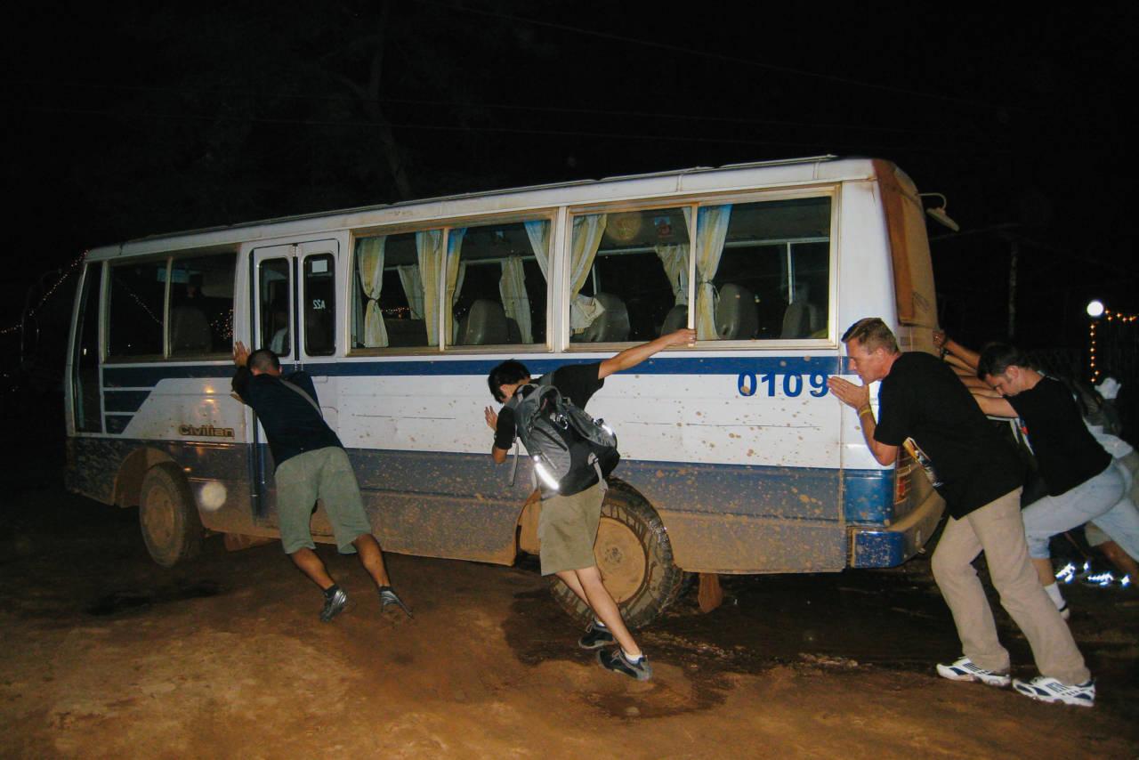 カンボジアの故障したバス