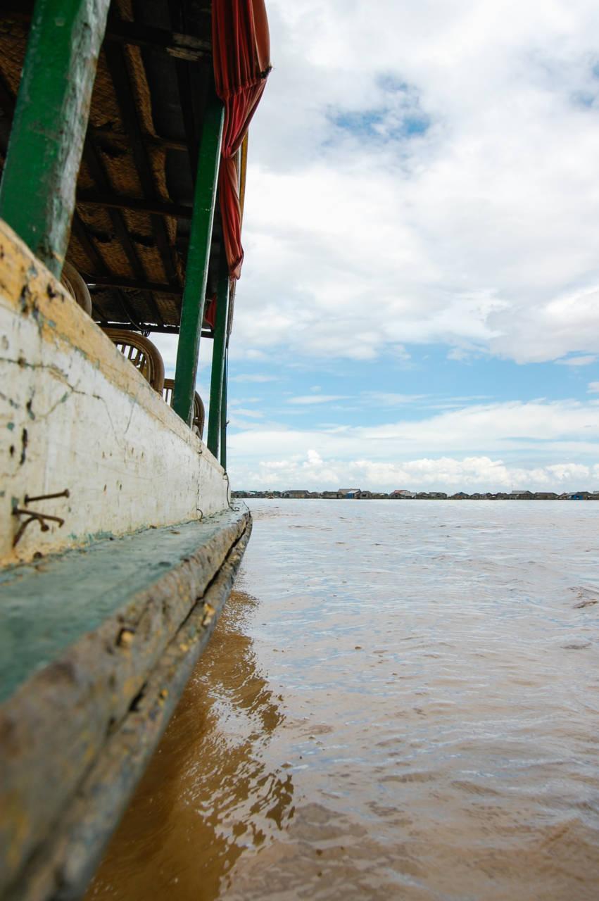 トンレサップのボートと淀んだ水