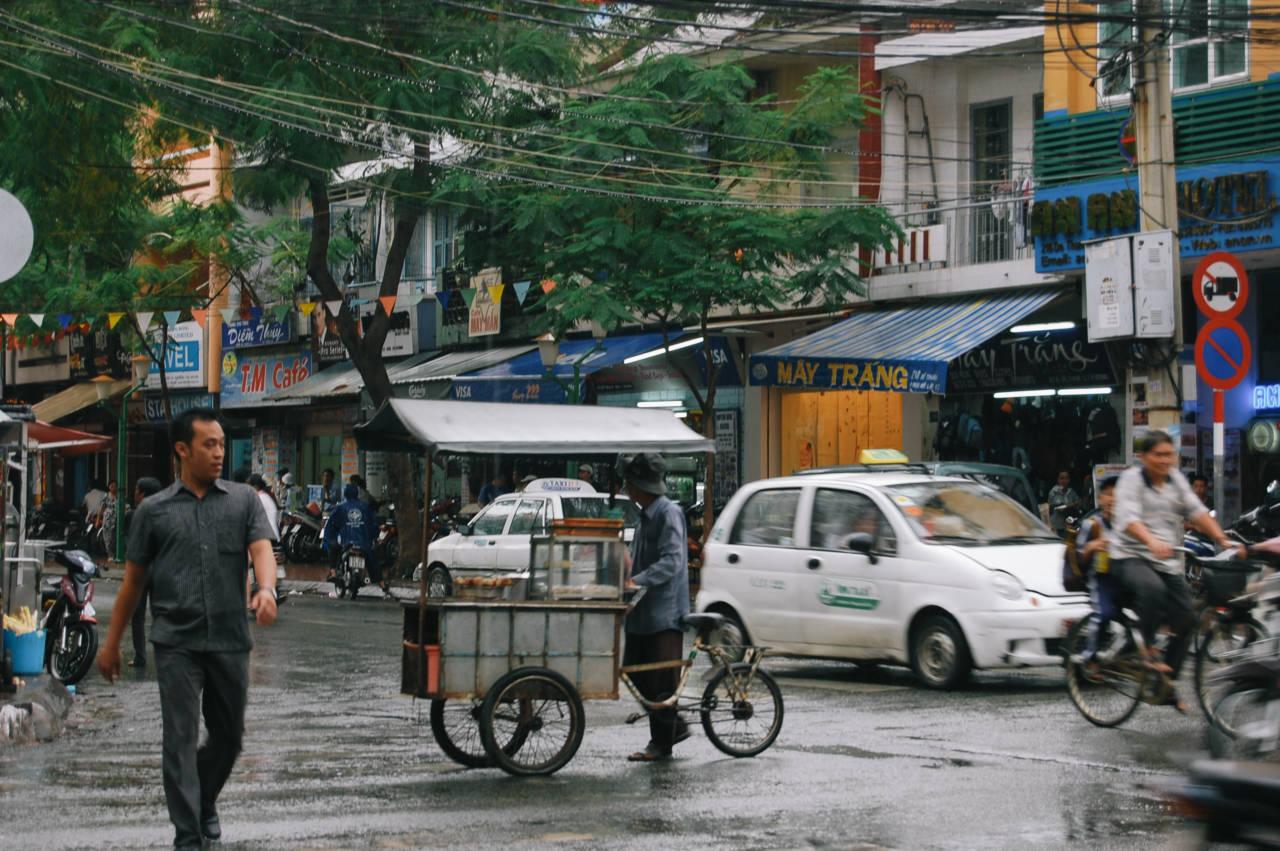 雨の降るホーチミンの街角