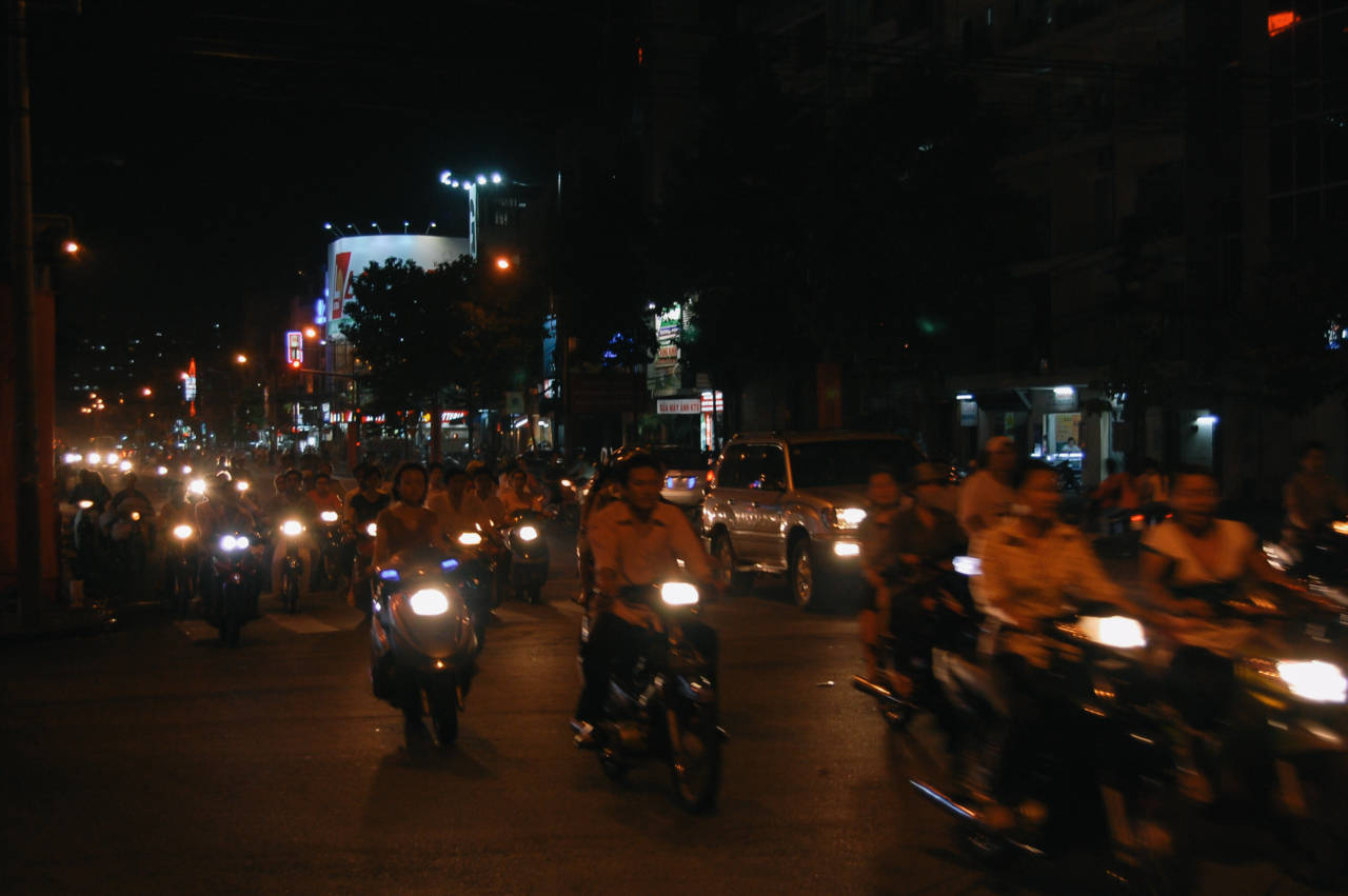 夜のホーチミンをバイク