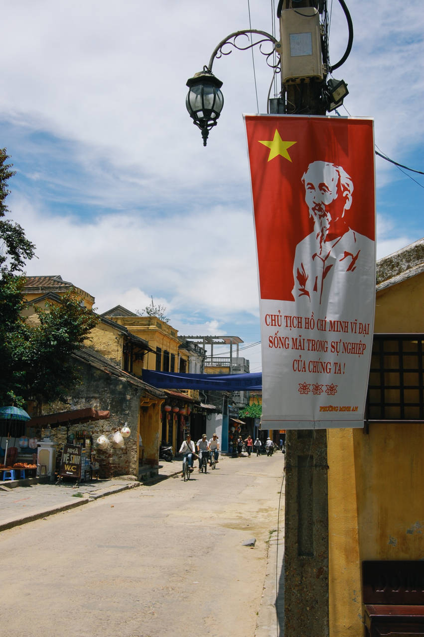 ホイアンの街角とホー・チ・ミンのタペストリー