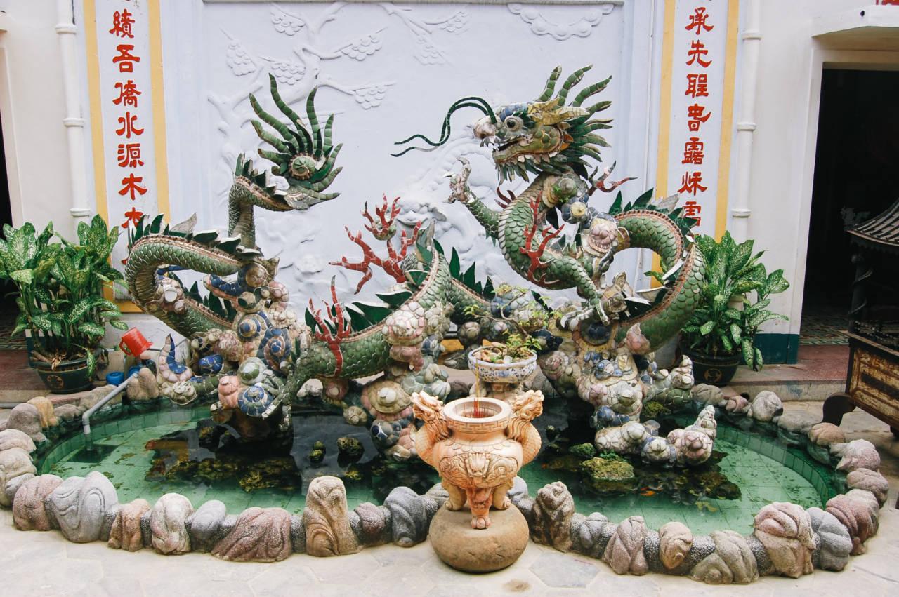 ホイアンの中華系会館の龍の像