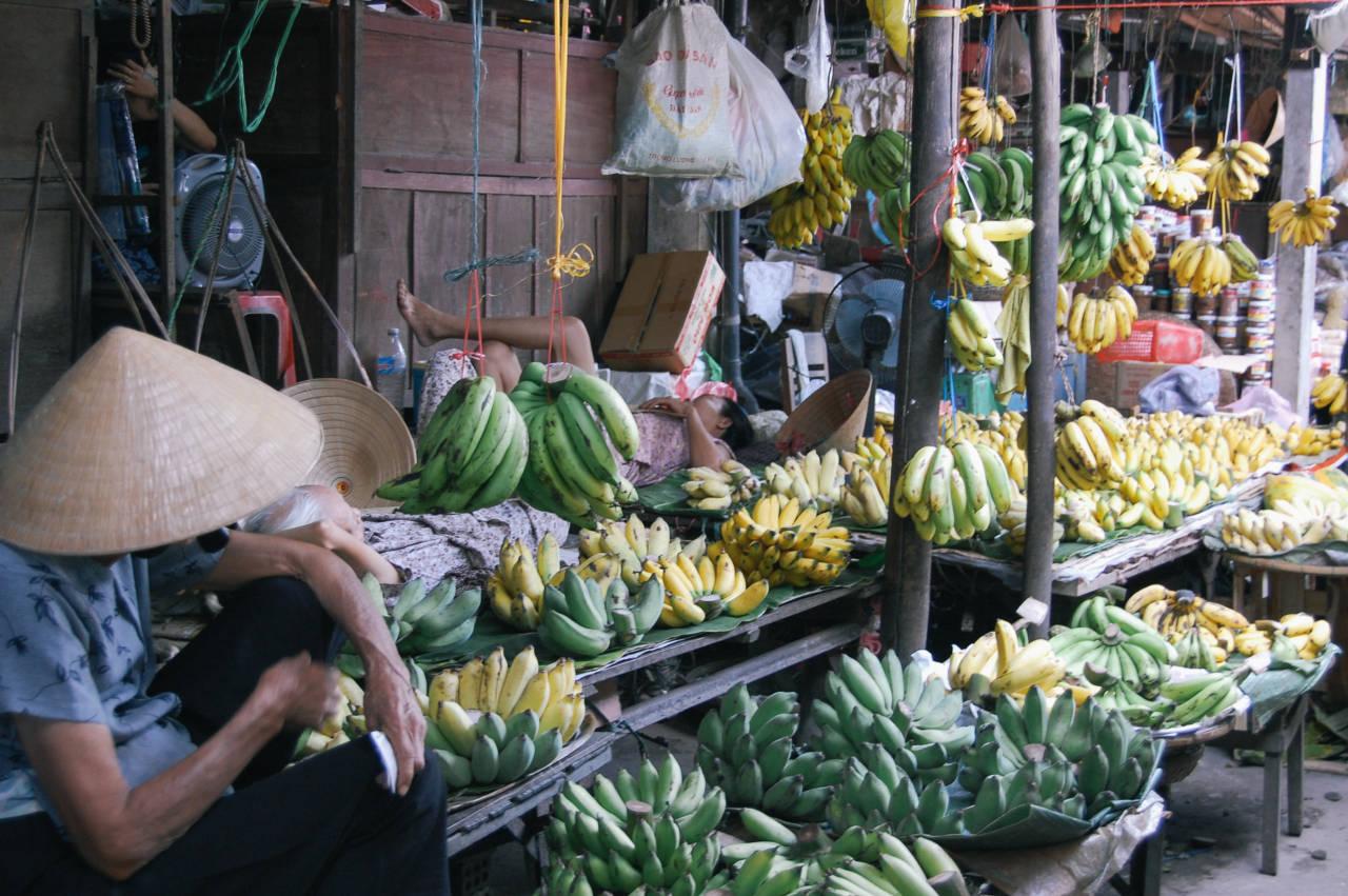 ホイアンの市場のバナナ屋