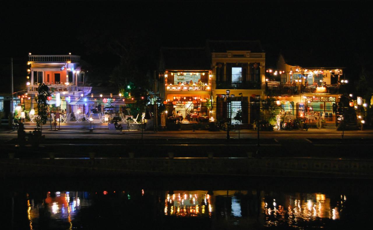 トゥポン川に映るホイアンの夜景
