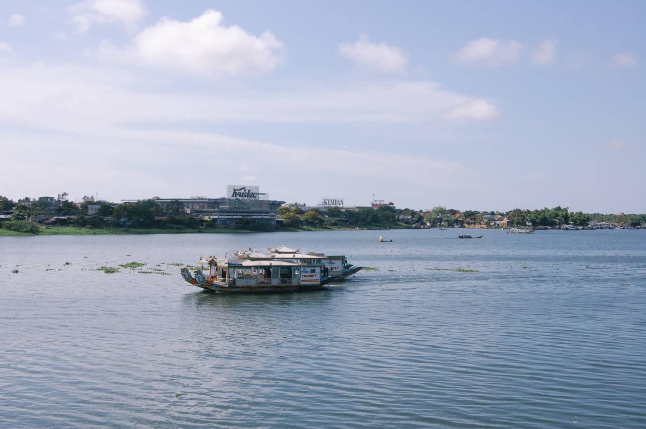 フエのフォン川と観光船