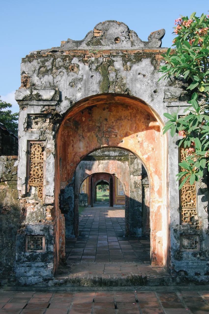 銃弾の跡が残りグエン朝王宮の門
