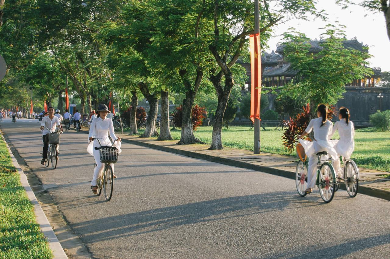 フエ旧市街 自転車に乗るアオザイ姿の女子高生