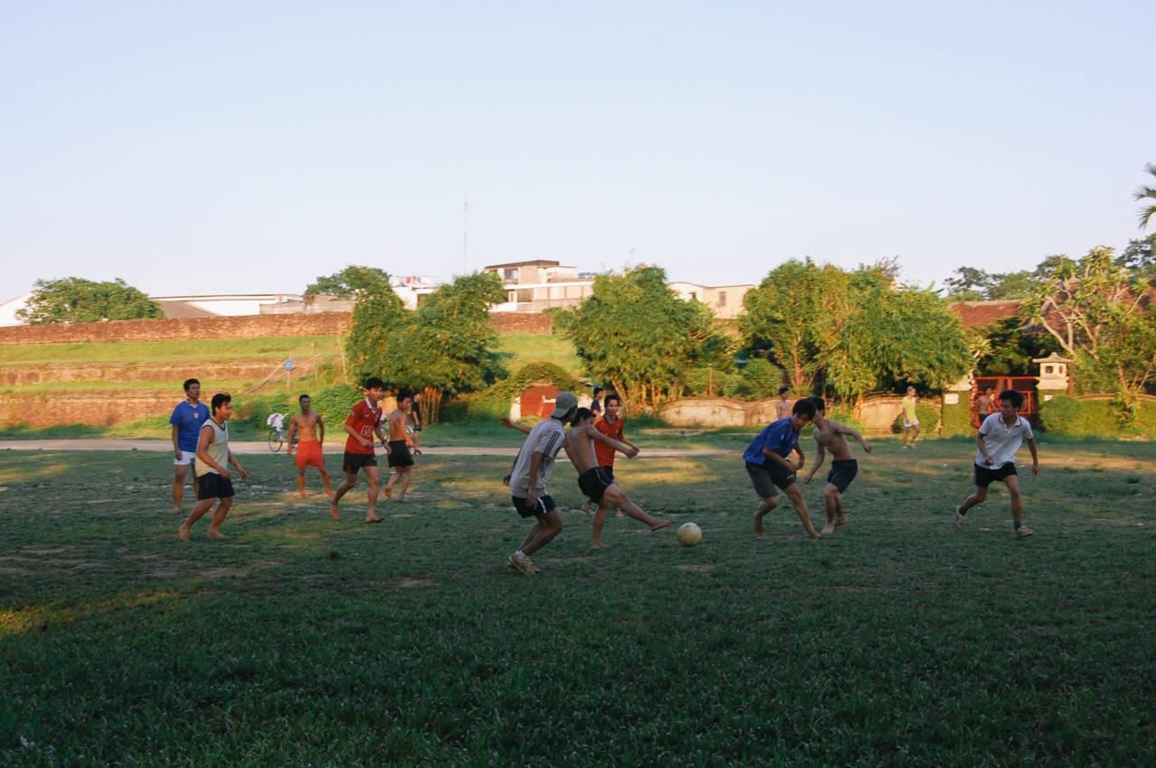 フエ サッカーをする若者達