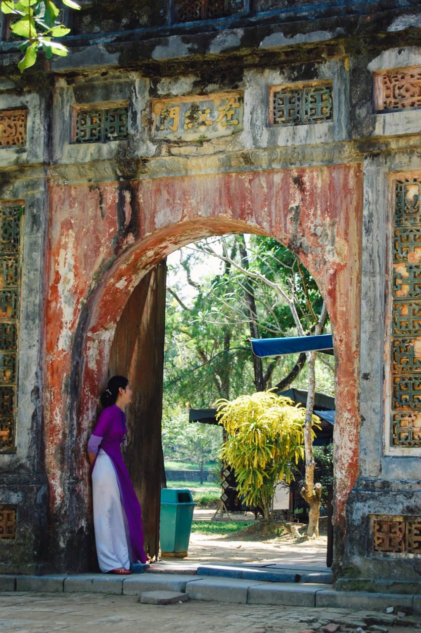 ミンマン帝廟 アオザイの女性