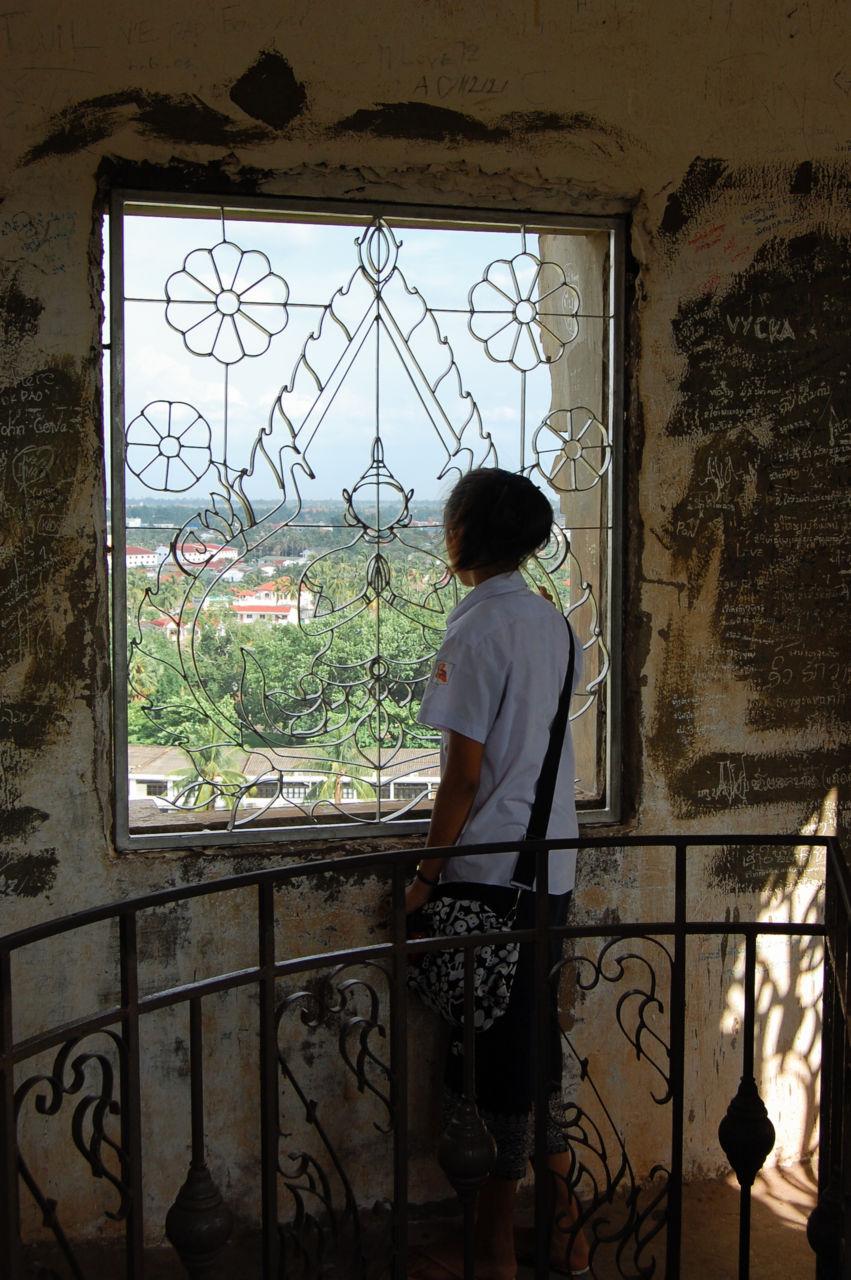 パトゥーサイ 町を眺める女子学生