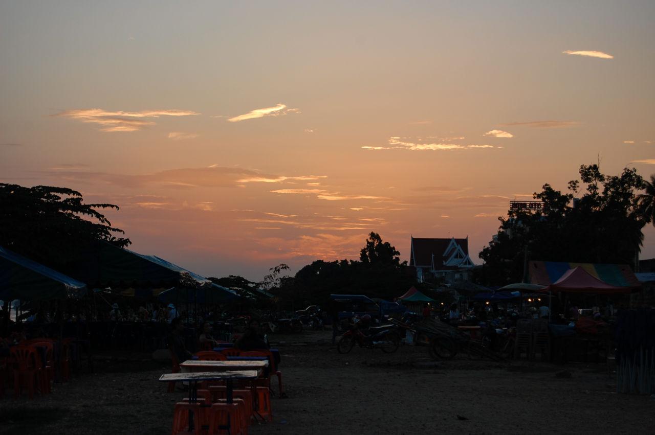ビエンチャン メコン川のナイトマーケット