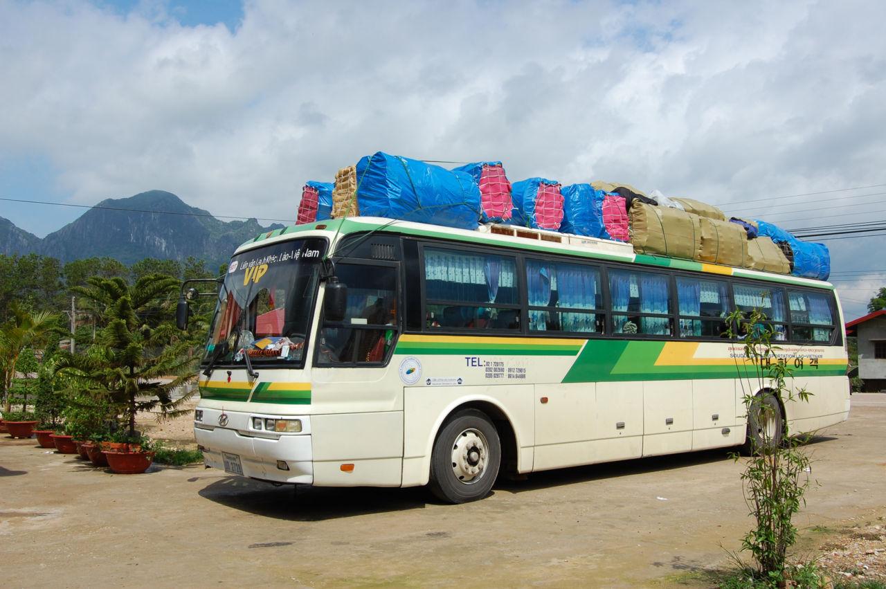 ベトナム ラオス 屋根に荷物を載せる長距離バス