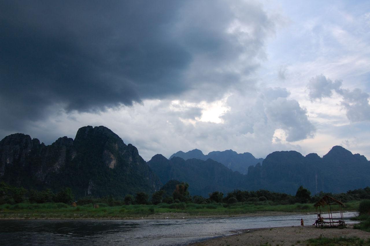 バンビエン ソン川とカルストの山の景色