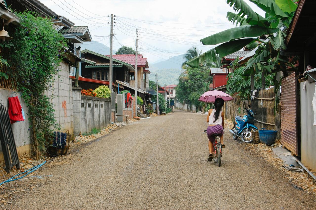 バンビエン 日傘の少女