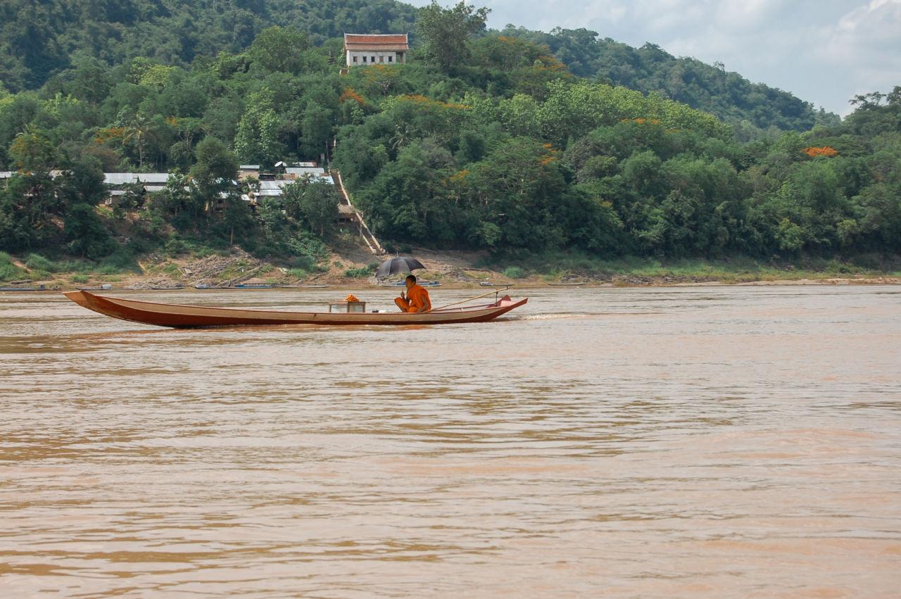 メコン川 ボートに乗る僧
