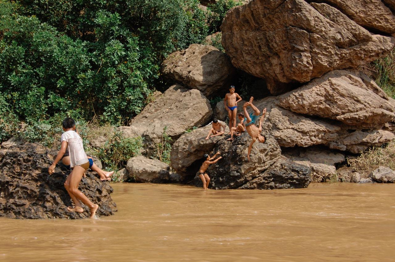 メコン川に飛び込むラオスの子供たち