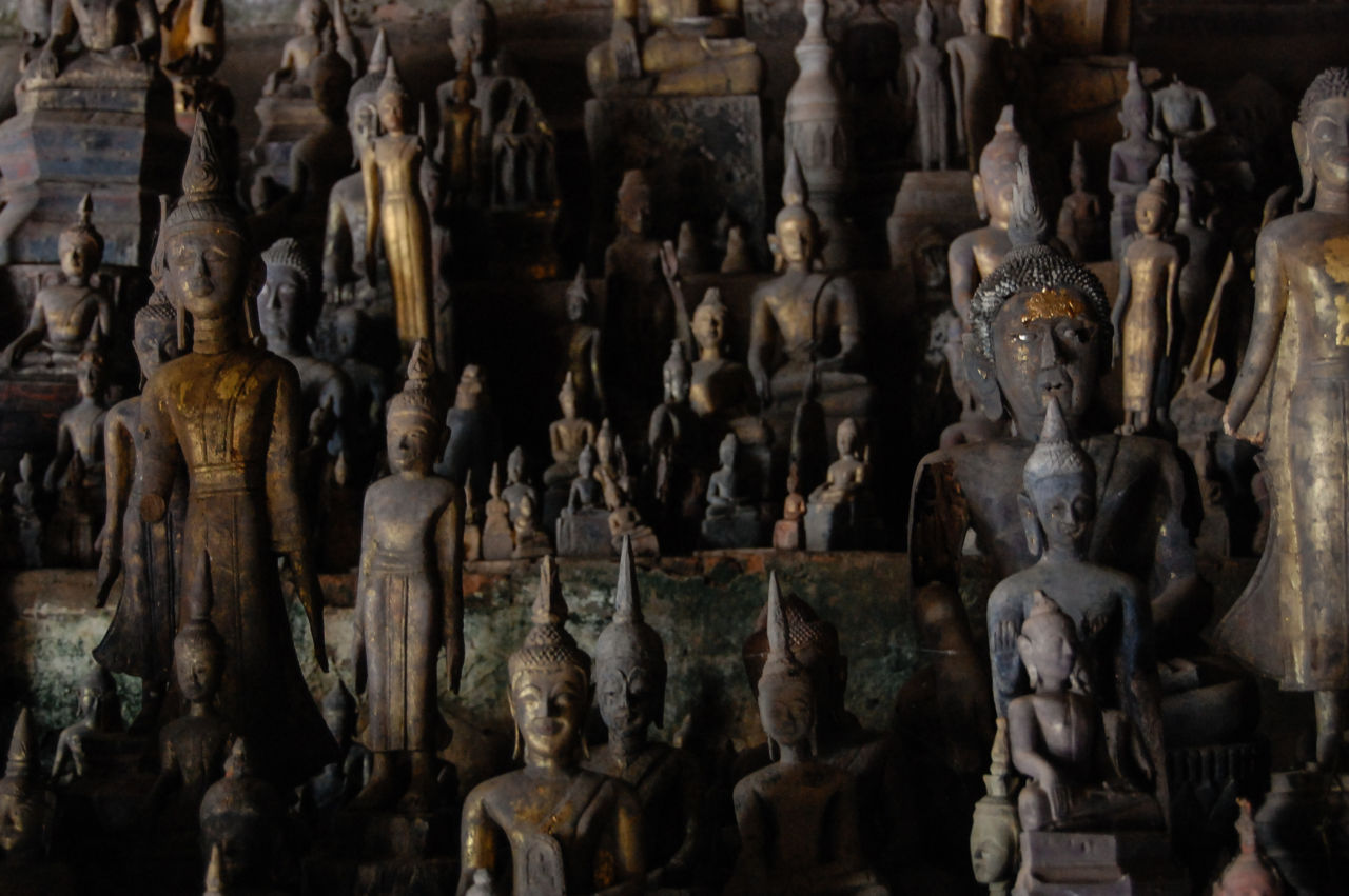 パークウー洞窟の無数の仏像