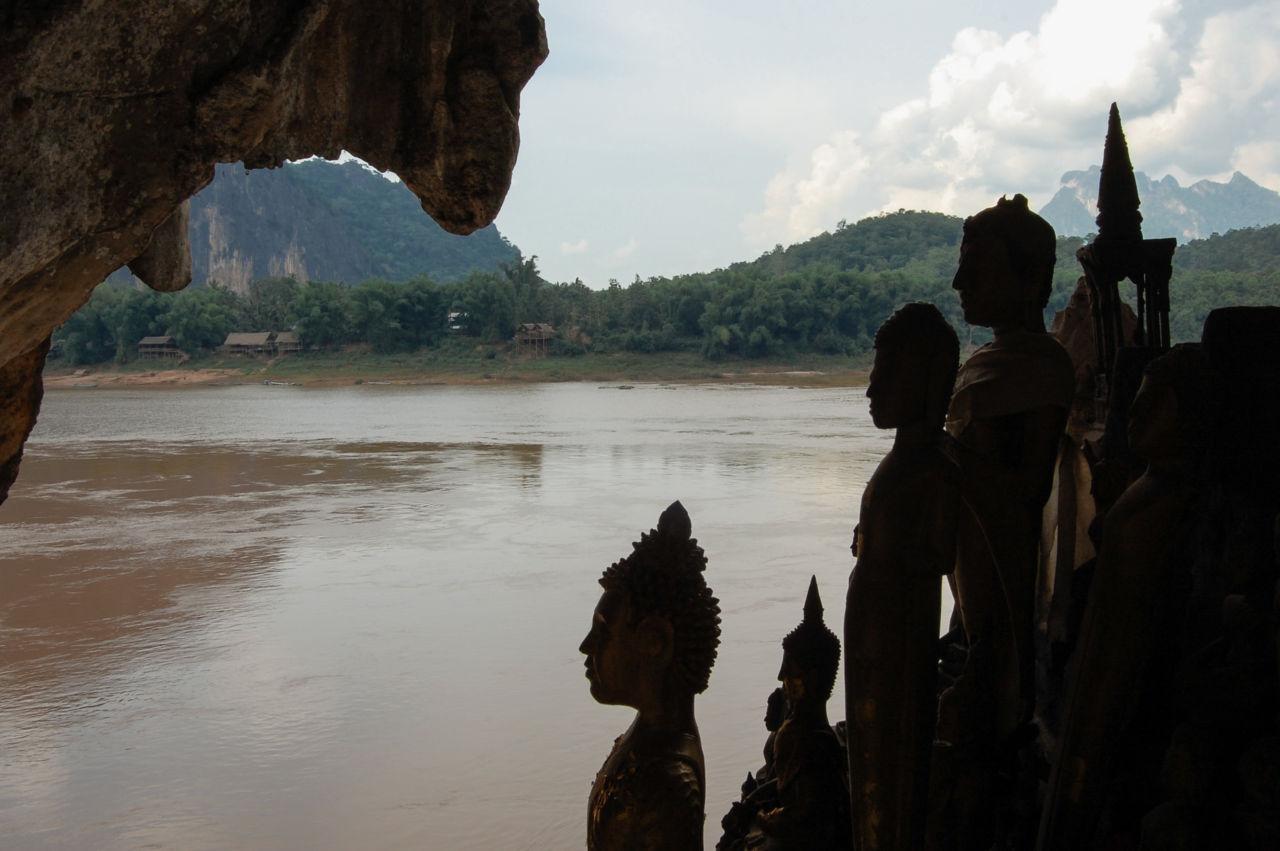メコン川とパークウー洞窟の仏像
