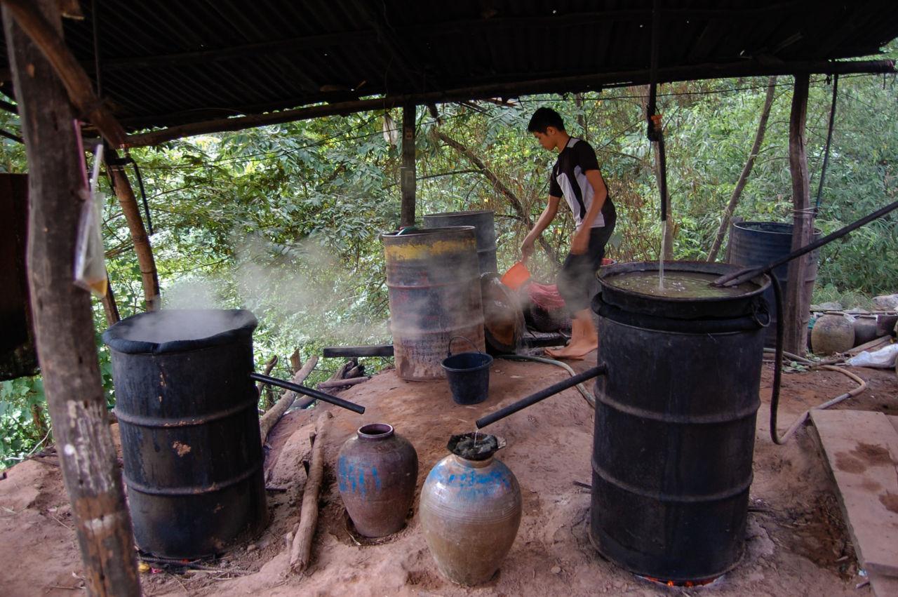 ラオスの蒸留酒ラオラオ造る