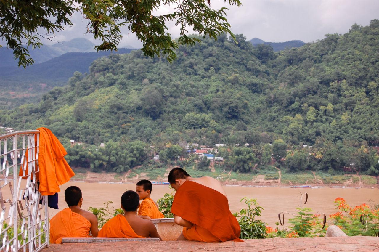 ルアンパバーン プーシーの丘の若い僧
