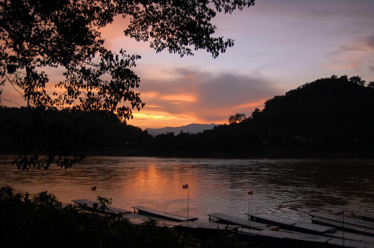 ルアンパバーンから眺めるメコンの夕暮れ。