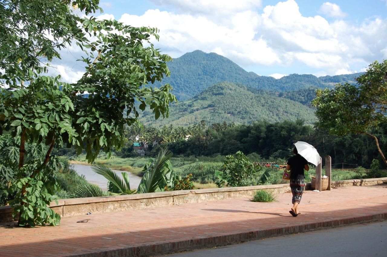 伝統衣装シンを着るルアンパバーンの女性