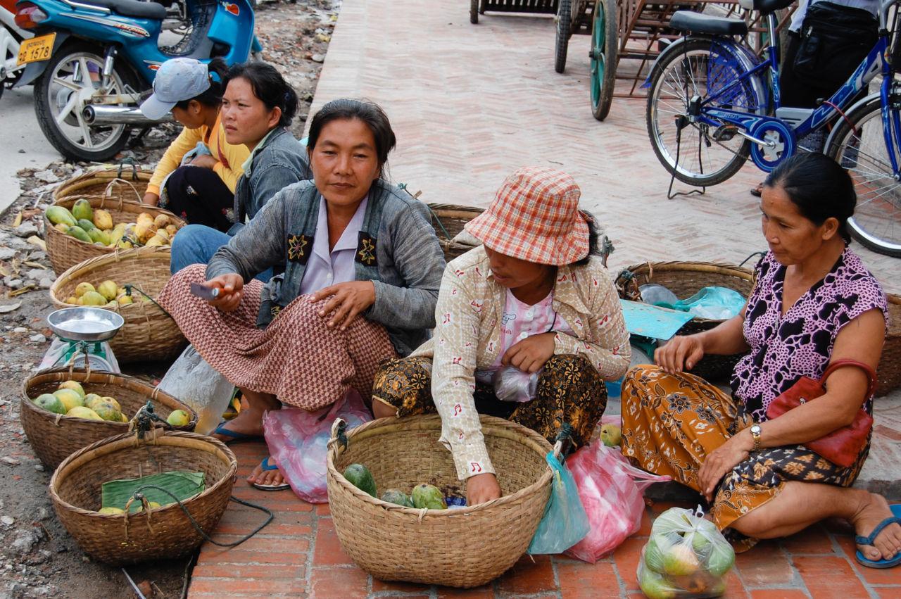 ルアンパバーンでマンゴーを売る女性