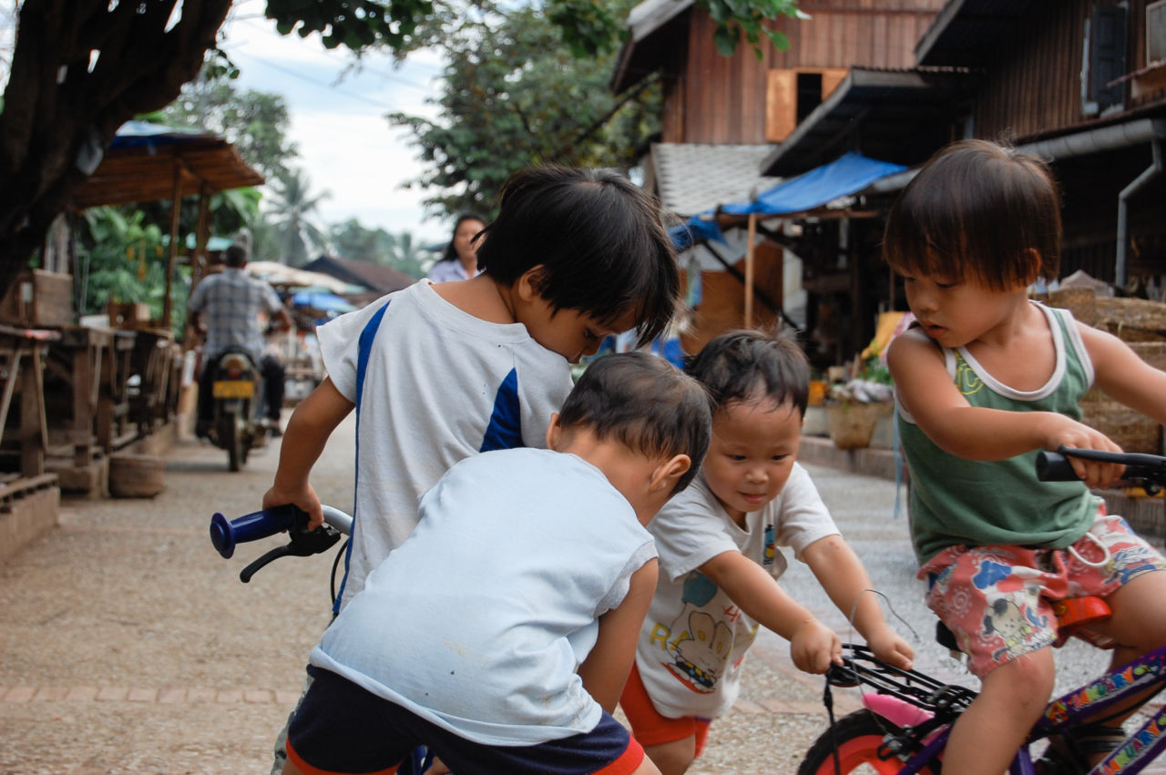自転車で遊ぶルアンパバーンの子供達