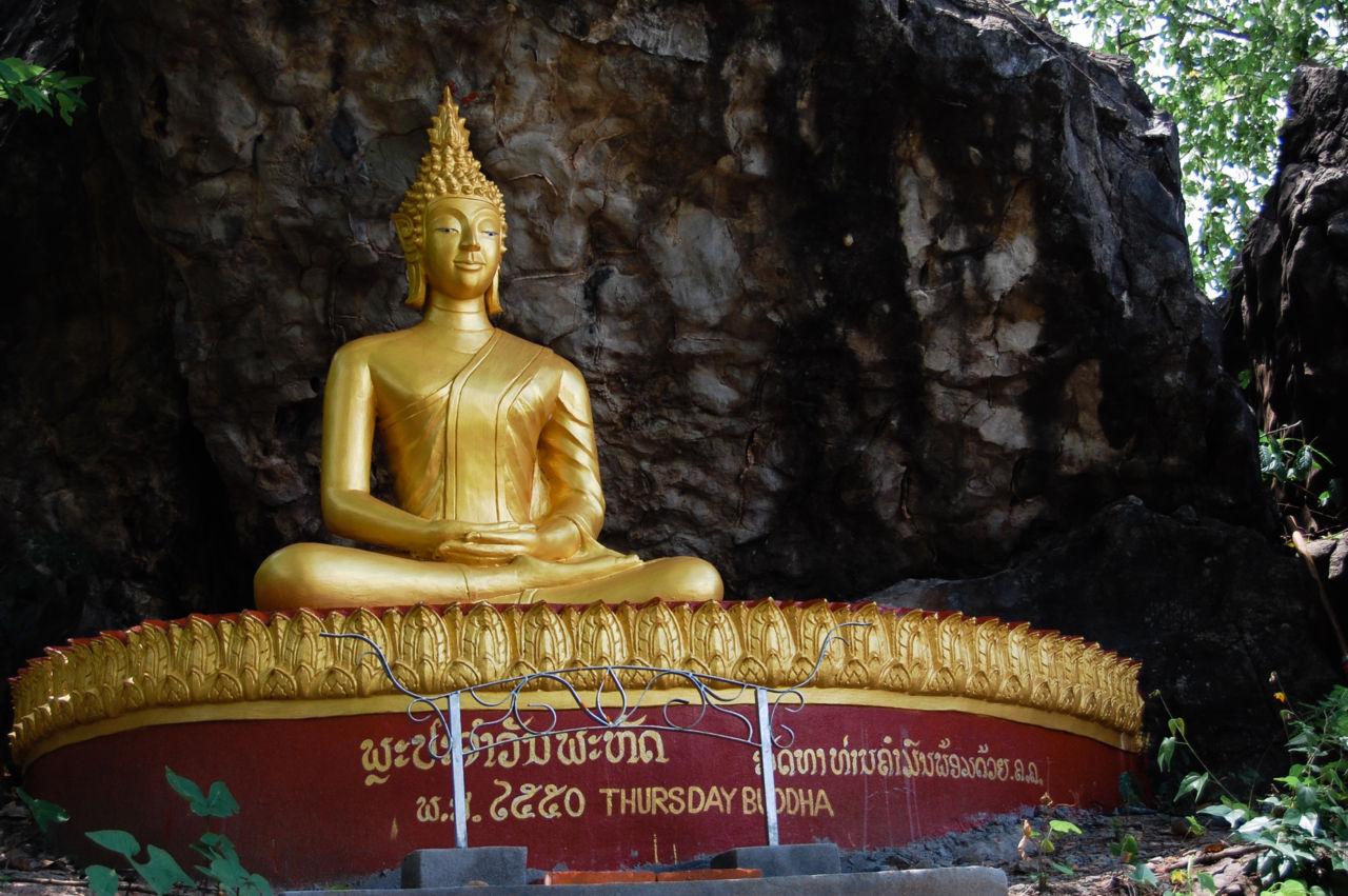 ラオスの木曜日の仏像
