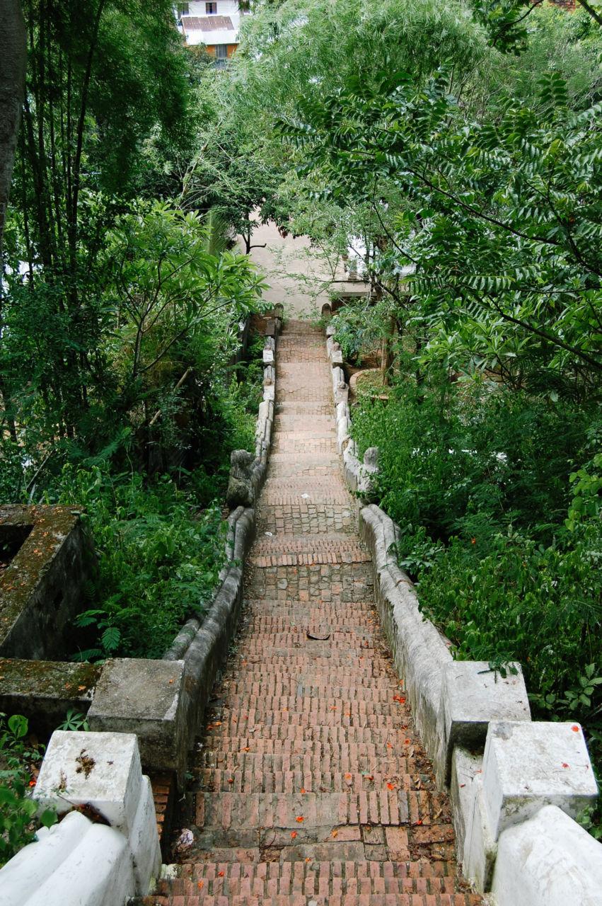 ワット・タモの裏口の階段