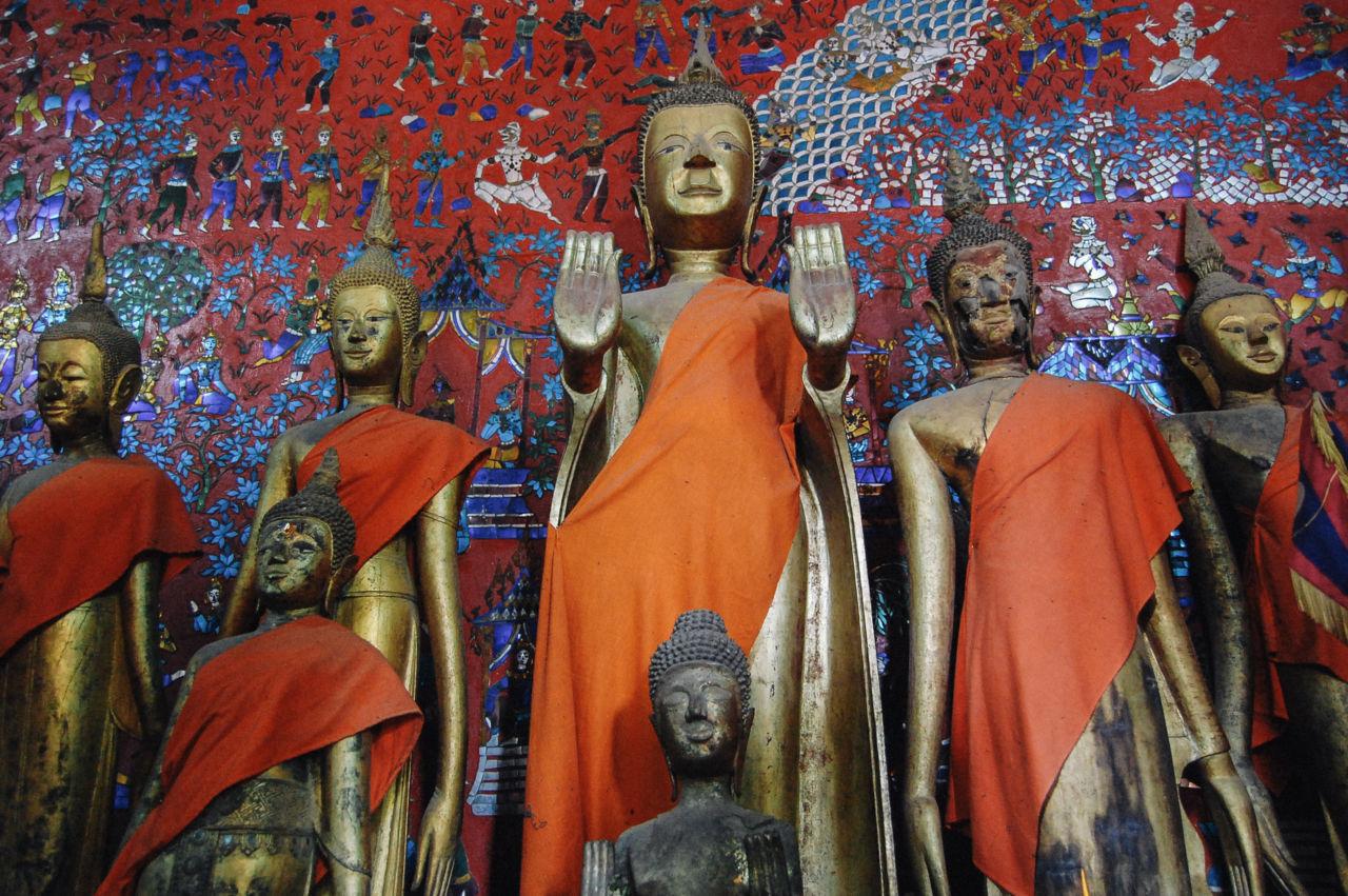 ワット・シェントーンの仏像とモザイク