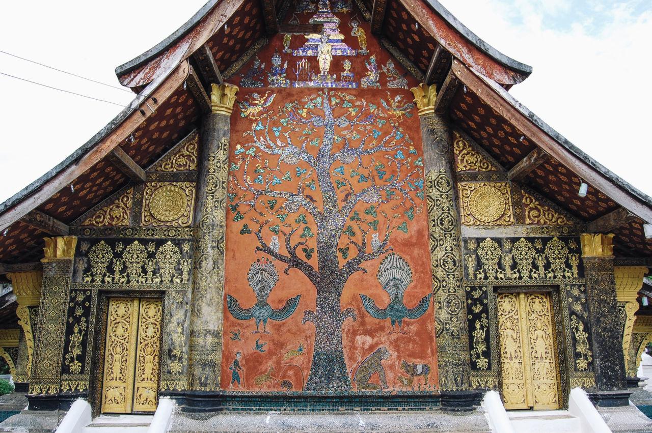 ワット・シェントーン 壁面の大木のモザイク