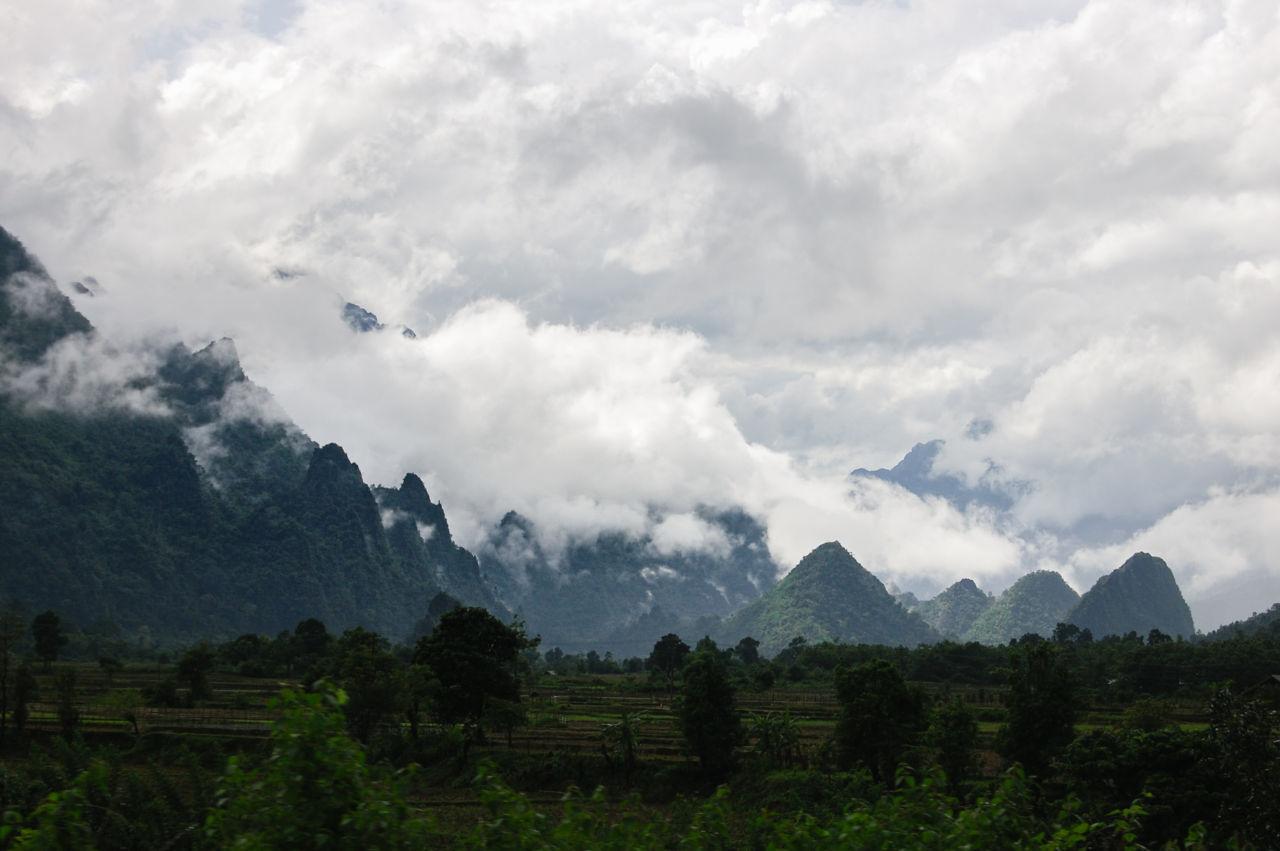 ダイナミックなラオスの山の景色