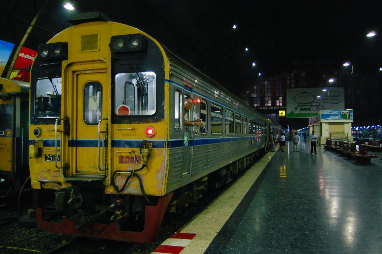 フアランポーン駅ホーム 夜行列車