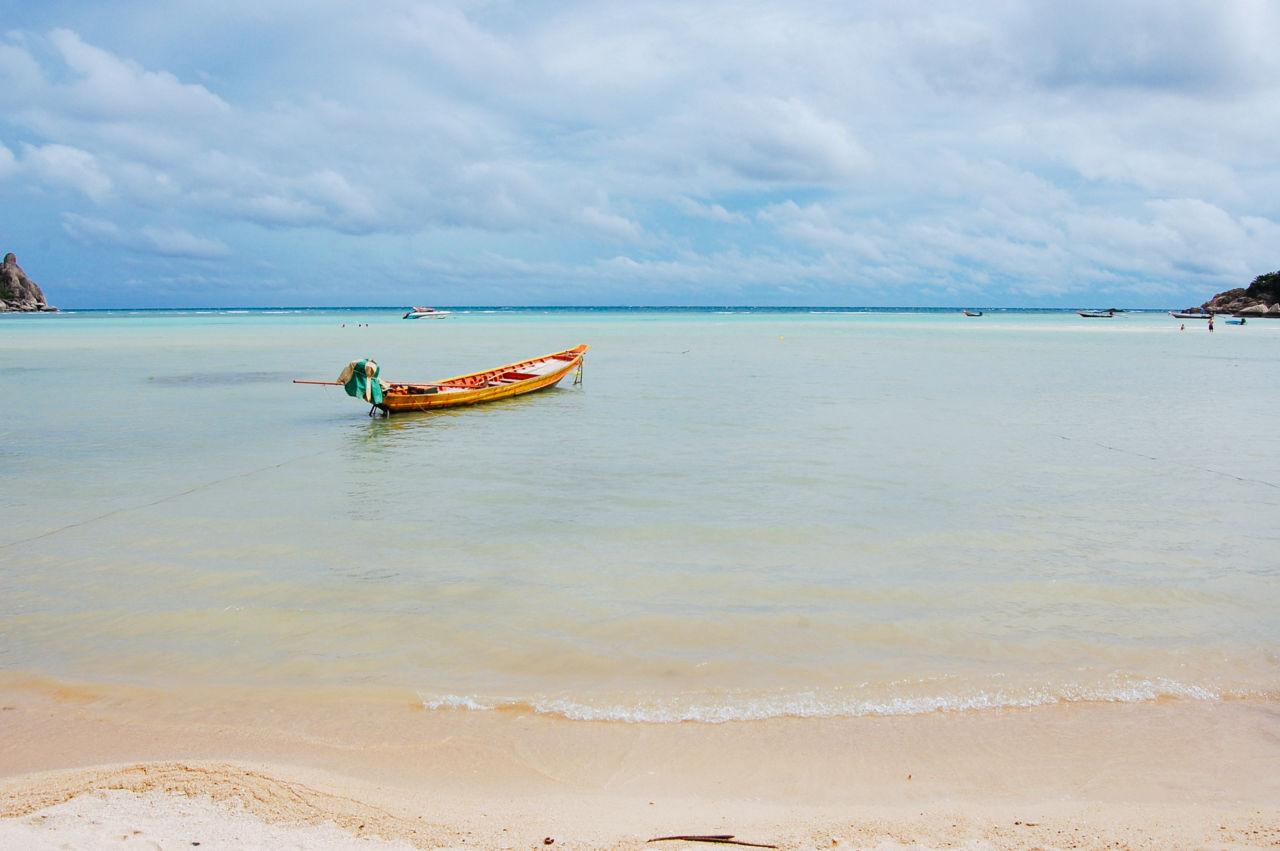 タオ島の南部 チャロックバンカオ ビーチと船