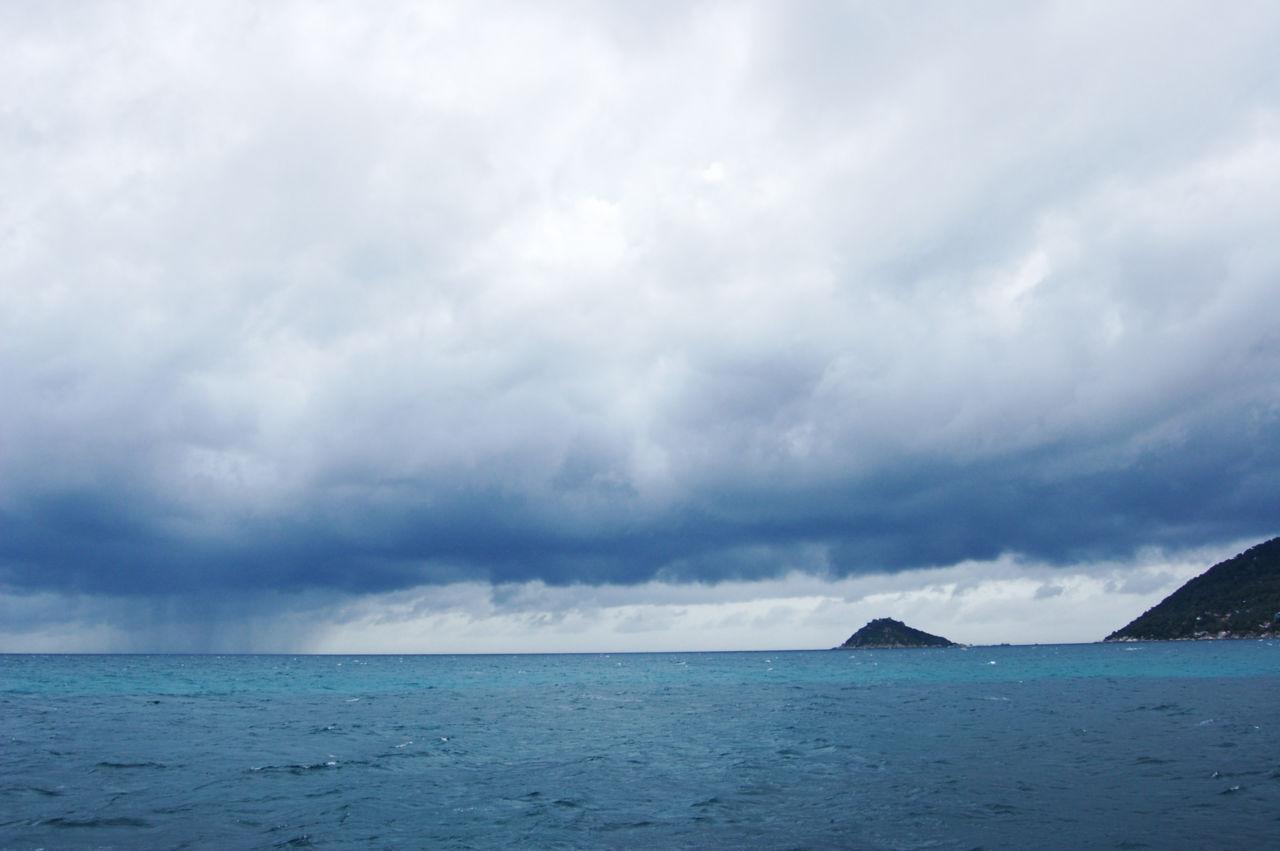 タオ島の海とスコール