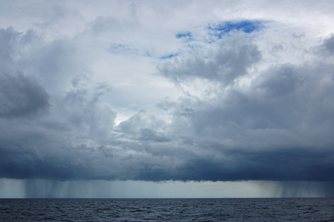 タイランド湾 海上のスコール