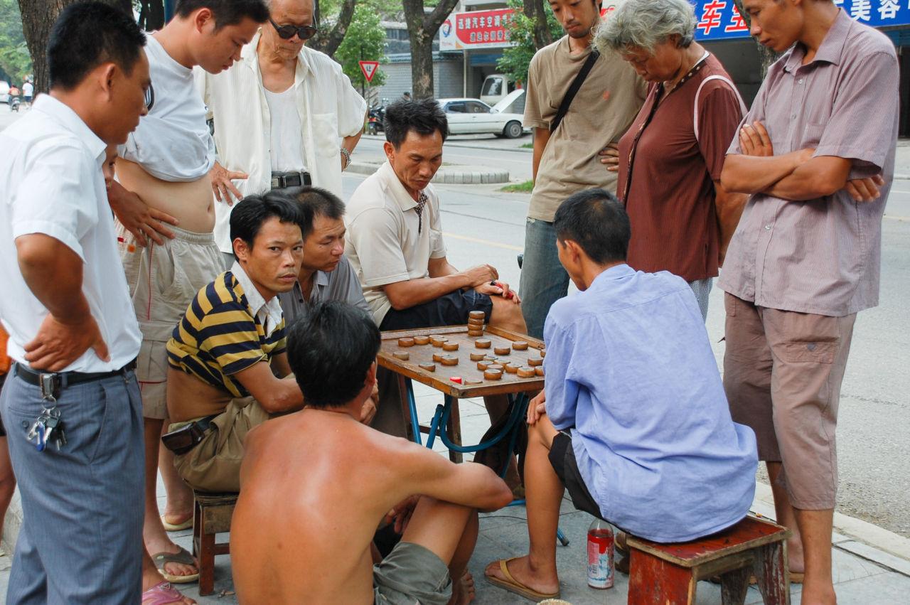 中国将棋 シャンチーをする桂林の人々