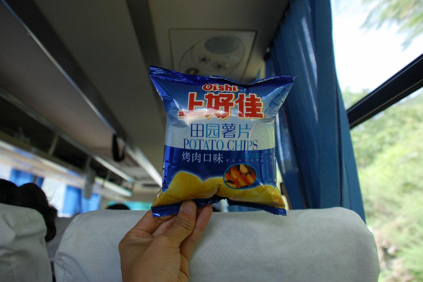 パンパンに膨れたポテトチップスの袋