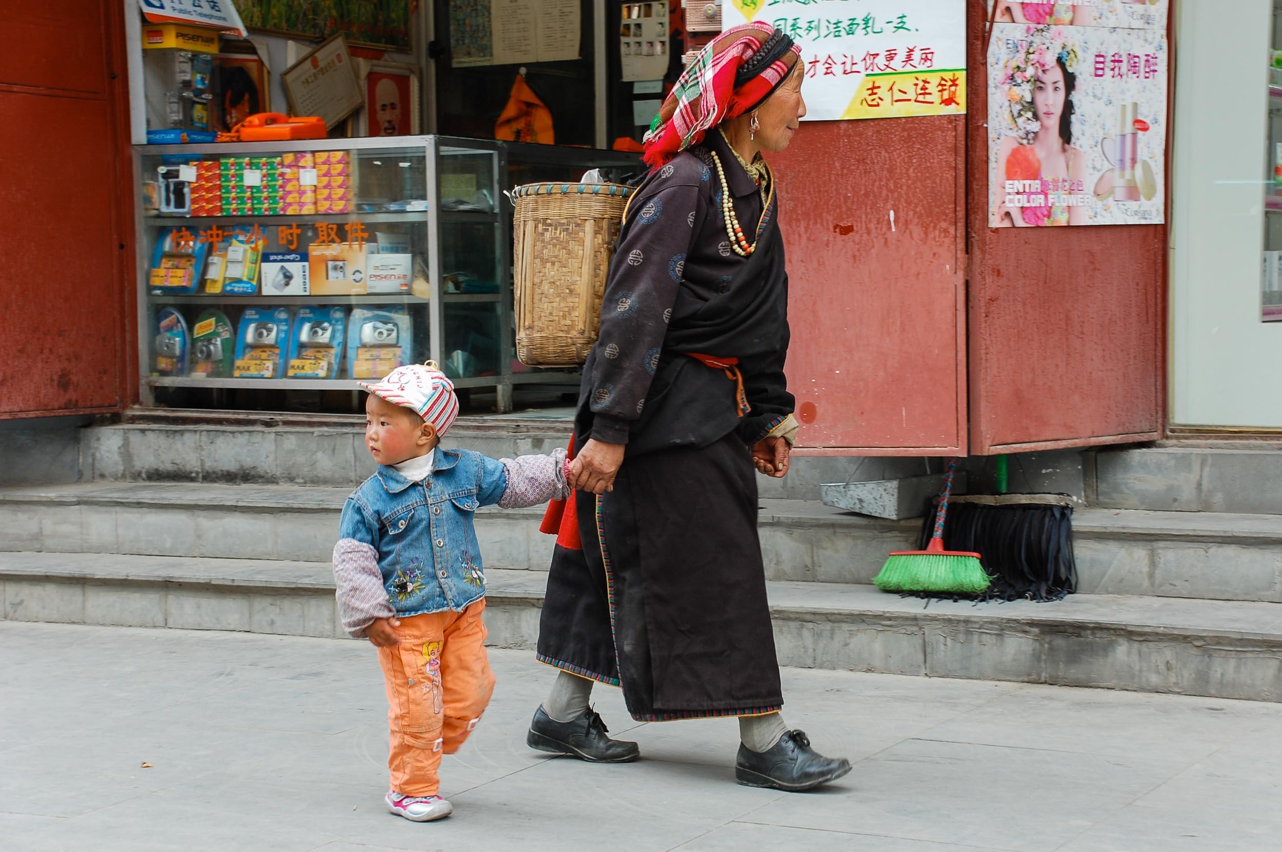 松潘 民族衣装の女性と孫